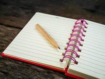 Cuaderno en la tabla de madera Fotografía de archivo