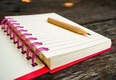 Cuaderno en la tabla de madera Fotografía de archivo libre de regalías
