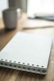 Cuaderno en la tabla de madera Espacio de trabajo simple en casa Foto de archivo