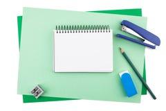 Cuaderno en las hojas del papel texturizado coloreado que imita un marco Imagen de archivo libre de regalías