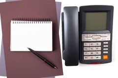 Cuaderno en las hojas del papel texturizado y de un teléfono digital Imágenes de archivo libres de regalías