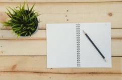 Cuaderno en teble de madera Imagen de archivo