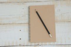 Cuaderno en teble de madera Imagenes de archivo