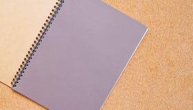 Cuaderno en un tablero marrón con el espacio de la copia para el texto fotos de archivo libres de regalías