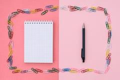 Cuaderno en una jaula imagen de archivo