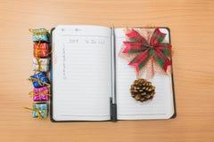 Cuaderno en una tabla de madera Fotos de archivo libres de regalías