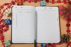 Cuaderno en una tabla de madera Imágenes de archivo libres de regalías