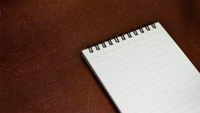 Cuaderno en una tabla de madera Foto de archivo