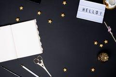 Cuaderno en una tabla negra con los detalles de un oro imagenes de archivo