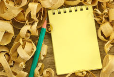 Cuaderno en virutas de madera del fondo Imagen de archivo