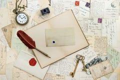 Cuaderno, escribiendo los accesorios y las postales Fotos de archivo