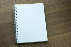 Cuaderno espiral en blanco en fondo de madera oscuro Imagenes de archivo