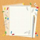 Cuaderno espiral en blanco en tablero del corcho Imagen de archivo libre de regalías