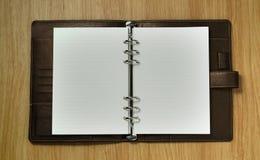 Cuaderno espiral en el fondo del escritorio Foto de archivo libre de regalías