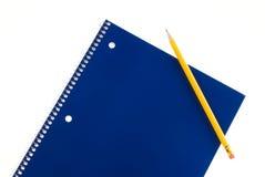 Cuaderno espiral y lápiz azules Fotografía de archivo libre de regalías