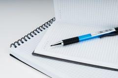 Cuaderno espiral y libreta y pluma en blanco en el fondo blanco fotografía de archivo libre de regalías
