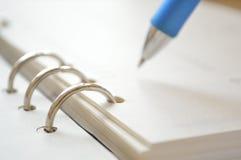 Cuaderno espiral y pluma imagenes de archivo