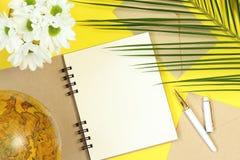 Cuaderno falso del verano con el globo, las flores y las hojas de palma imagen de archivo libre de regalías