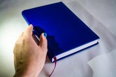 Cuaderno grueso para los nots con una cubierta azul Páginas en blanco Para escribir nots con la pluma Hojas limpias planificador imágenes de archivo libres de regalías