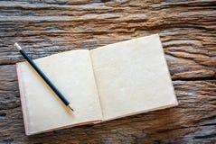Cuaderno hecho a mano en el fondo de madera Imágenes de archivo libres de regalías