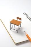 Cuaderno, lápiz y escritorio miniatura Imagen de archivo libre de regalías