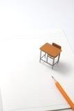 Cuaderno, lápiz y escritorio miniatura Imagenes de archivo