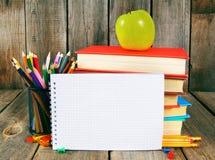 Cuaderno, libros y herramientas de la escuela Fotografía de archivo