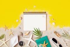 Cuaderno limpio con los accesorios en la opini?n de sobremesa amarilla Fondo de planificaci?n de las vacaciones de verano, del vi foto de archivo