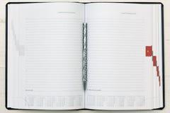 Cuaderno moderno en la tabla - fondo de la oficina Foto de archivo libre de regalías