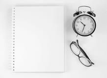 Cuaderno para las notas de funcionamiento, relojes, gafas de sol Foto de archivo libre de regalías