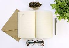 Cuaderno para las notas de funcionamiento, vidrios, pluma Plan 2017 Imagenes de archivo