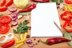 Cuaderno para las recetas, las verduras y las especias. Foto de archivo libre de regalías