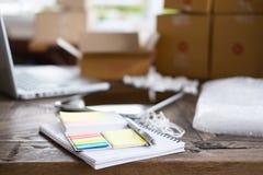 cuaderno, pluma en el lugar de trabajo del inicio, pequeño propietario de negocio, fre Imágenes de archivo libres de regalías