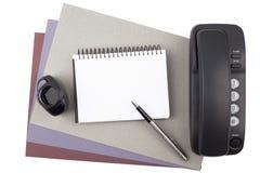 Cuaderno, pluma, tinta y teléfono en el papel texturizado Imágenes de archivo libres de regalías