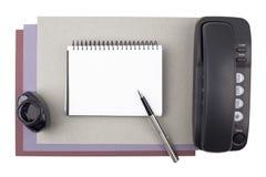 Cuaderno, pluma, tinta y teléfono en el papel texturizado Imagen de archivo