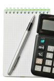 Cuaderno, pluma y calculadora Fotos de archivo libres de regalías