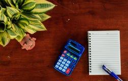 Cuaderno, pluma y calculadora Fotografía de archivo libre de regalías