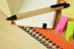 Cuaderno, pluma y etiquetas engomadas Foto de archivo