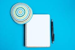 Cuaderno, pluma y kipa en un fondo azul, visión superior Año Nuevo judío, Rosh Hashanah Imagenes de archivo