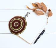 Cuaderno, pluma y kipa en un fondo de madera blanco, visión superior Año Nuevo judío, Rosh Hashanah Foto de archivo libre de regalías