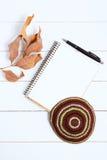 Cuaderno, pluma y kipa en un fondo de madera blanco, visión superior Año Nuevo judío, Rosh Hashanah Imágenes de archivo libres de regalías