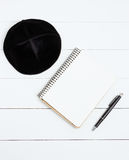 Cuaderno, pluma y kipa trasero en un fondo de madera blanco, visión superior Año Nuevo judío, Rosh Hashanah Fotografía de archivo