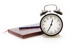 Cuaderno, pluma y reloj en estilo retro Foto de archivo libre de regalías