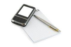 Cuaderno, pluma y teléfono móvil en él imagenes de archivo