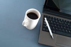 Cuaderno, pluma y un café grande Foto de archivo