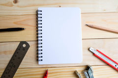 Cuaderno, plumas, lápiz, cuchilla de cortador, podadoras y regla Fotos de archivo libres de regalías