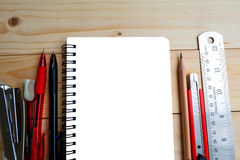 Cuaderno, plumas, lápiz, cuchilla de cortador, podadoras y regla Foto de archivo