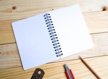 Cuaderno, plumas, lápiz y regla Fotos de archivo libres de regalías