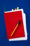 Cuaderno rojo con la pluma Imagen de archivo libre de regalías