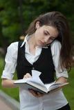 Cuaderno serching del ing de la mujer ocupada Imagen de archivo libre de regalías